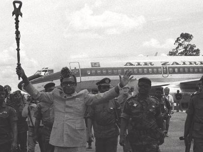 El mariscal Mobutu Sese Seko, a su llegada al aeropuerto de Kolwezi, antiguo Zaire, en una imagen de 1997, con su avión personal al fondo.