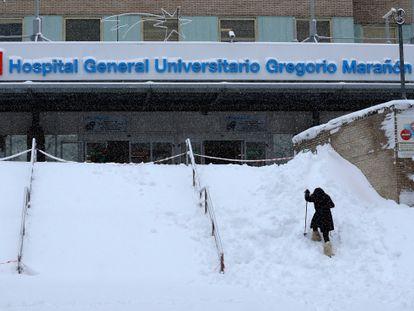 Una mujer intenta acceder al Hospital Gregorio Marañón, en Madrid, bajo la intensa nevada que ha caído en la capital.