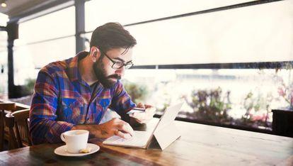 El 73% de los españoles utiliza aplicaciones móviles de bancos tradicionales.