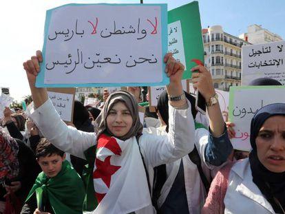 Protesta de profesoras este miércoles en Argel.