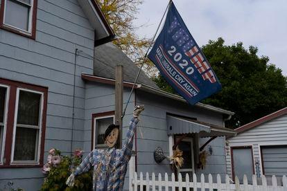 Una casa en Mount Clemens, Michigan, con propaganda electoral y decoración de Halloween.