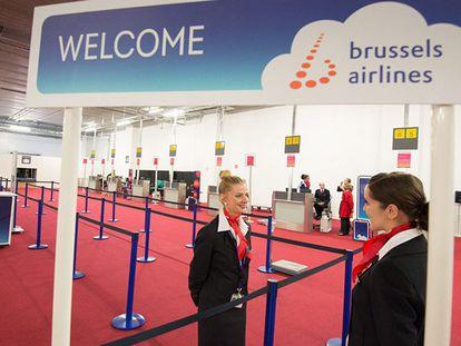 Dos azafatas de Brussels Airlines, este domingo en la zona donde se produjo el atentado.