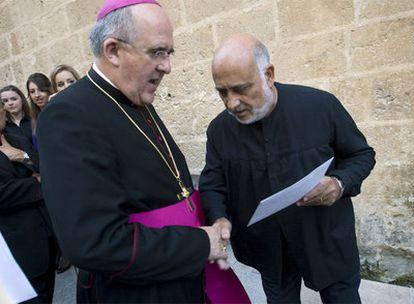 Un miembro de la plataforma ciudadana entrega al arzobispo Carlos Osoro una carta reclamando la propiedad de la iglesia-fortaleza.