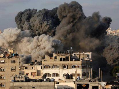 Columna de humo sobre un edificio bombardeado por Israel el jueves en Gaza.