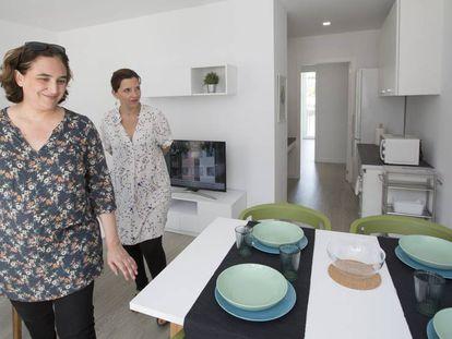 Ada Colau y Laia Ortiz visitan la exposición de pisos piloto del proyecto APROP de viviendas de alquiler prefabricadas.