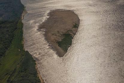 Una isla sale a la superficie ante la sequía en el delta del Paraná, unimportante humedal que abarca 17.500 km2 y cubre las provincias de Entre Ríos, Santa Fe y Buenos Aires.