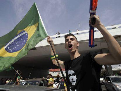 Un seguidor de Jair Bolsonaro, durante una marcha en favor del candidato celebrada en el centro de Brasilia el 6 de octubre.