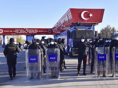 La policía turca hace guardia en la entrada de los juzgados en Sincan (cerca de Ankara), el 26 de noviembre de 2020.