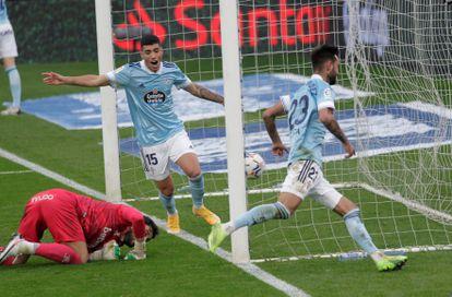 Brais Méndez, a la derecha, festeja uno de sus goles contra el Alavés en Balaídos.