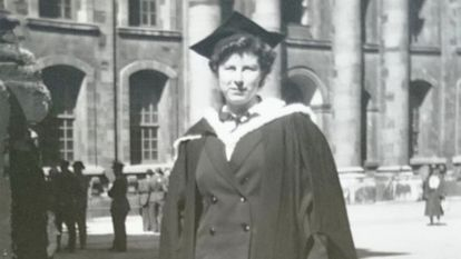 Ann Mitchell, tras su graduación en la Universidad de Oxford en 1943.