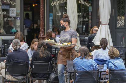 Una camarera atiende a varios clientes de una terraza de Versalles (al oeste de París), en julio pasado.
