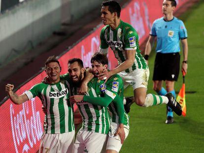 Los jugadores del Betis celebran el gol del triunfo de Borja Iglesias.