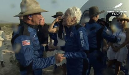 Jeff Bezos, a la izquierda, habla con la piloto Wally Funk junto a la cápsula tras aterrizar.