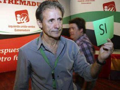 El coordinador general de IU Extremadura, Pedro Escobar, durante la votación para su reelección.