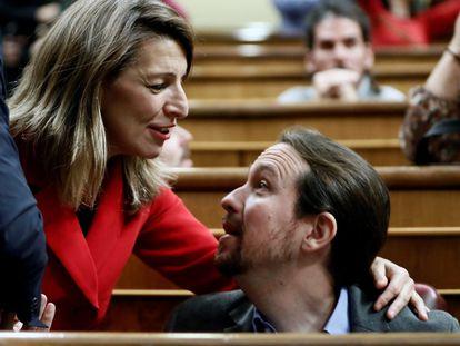 El secretario general de Podemos, Pablo Iglesias, saluda a la diputada de en Marea Yolanda Díaz, durante el debate de investidura del pasado enero de 2020.