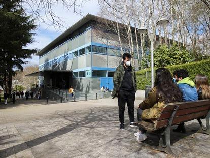 Estudiantes en el campus de la Universidad de Santiago de Compostela, este marzo.