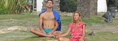 Djokovic y su mujer Jelena meditan en Marbella, el año pasado.