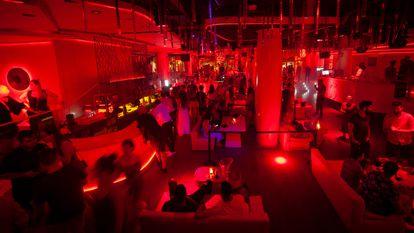 Varias personas en la discoteca Opium de Barcelona, el pasado 1 de julio.