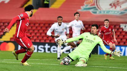 Courtois detiene un tiro de Salah en la vuelta de los cuartos de Champions en Anfield el 14 de abril.