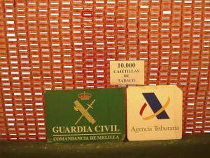 Fotografía facilitada por la Guardia Civil del tabaco intervenido en el puerto de Melilla en el doble fondo de un camión, que aparentemente embarcaba vacío hacia la península, con 10.000 cajetillas de tabaco de contrabando escondidas, con un valor de 39.500 euros.