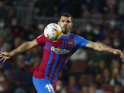 Aguero controla el balón durante el Barça-Valencia.