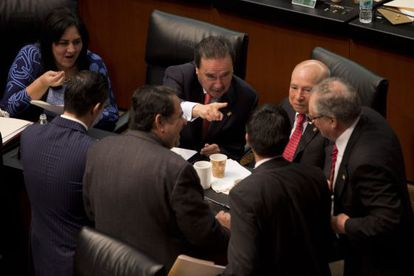El líder del PRI en el Senado, Emilio Gamboa, al centro, en la sesión de anoche