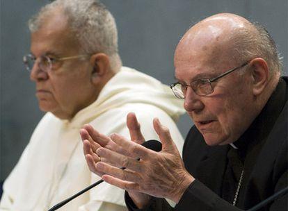 El arzobispo Joseph Di Noia (izquierda) y el cardenal William Joseph Levada, durante su rueda de prensa en el Vaticano