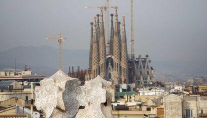 La Sagrada Familia vista desde la Pedrera, dos de los edificios de Gaudí.