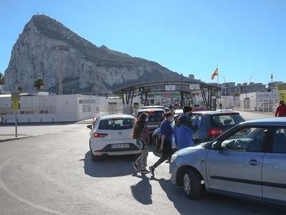 Cola de vehículos ante la aduana para pasar de La Línea de la Concepción (Cádiz) a Gibraltar, el 30 de diciembre.