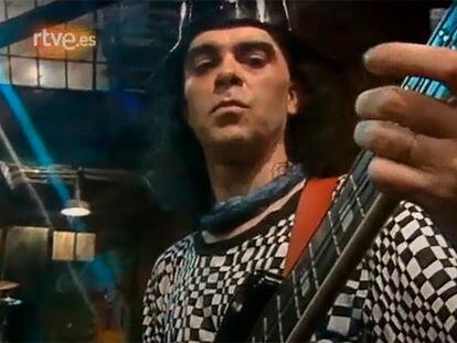 Imagen de de TVE en la que aparece Salo tocando en la grabación que realizó Extremoduro en el programa 'Plastic'.