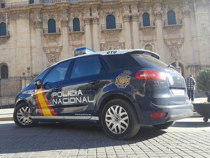 Un vehículo de la Policía Nacional, en Jaén.
