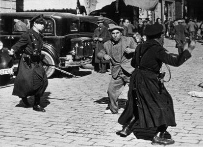 Represión en la Plaza de Sant Jaume de Barcelona el 18 de febrero de 1936. Guardias de Asalto cargan contra un manifestante