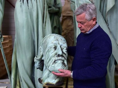 El experto en patrimonio Patrick Palem sujeta la cabeza de la escultura de Viollet-le-Duc, arquitecto que reformó Notre Dame en el siglo XIX, que hasta hace días estaba expuesta en la catedral.