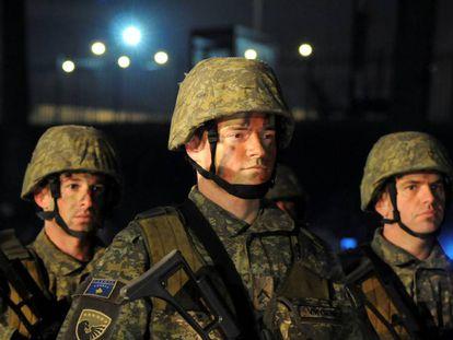 Soldados kosovares, en la ceremonia inaugural, este viernes en Pristina.