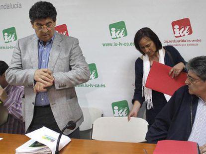 Diego Valderas, con dirigentes de IU, antes de la reunión de la ejecutiva.