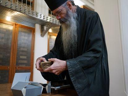 El padre Justin con uno de los manuscritos conservados en la biblioteca del monasterio de Santa Catalina (Egipto).
