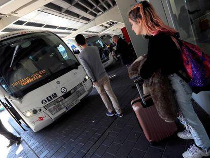 Algunas personas con equipaje en la estación sur de autobuses de Madrid.
