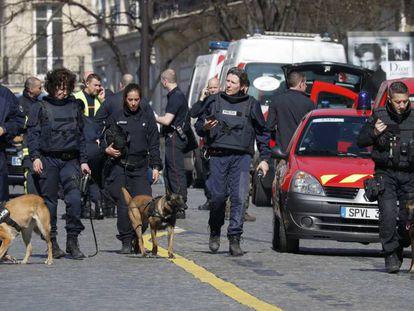 Despliegue policial ante la sede del FMI en París.