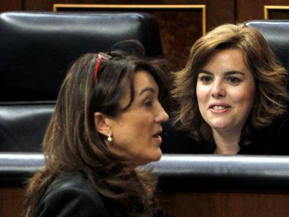 La vicepresidenta del Gobierno, Soraya Sáenz de Santamaría (sentada), y la portavoz socialista, Soraya Rodríguez, en el Congreso el pasado abril.