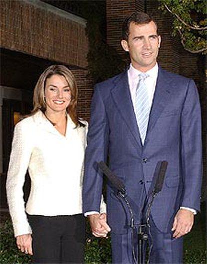 El príncipe Felipe y Letizia Ortiz, ayer en su primera comparecencia pública, en los jardines del recinto de la Zarzuela.