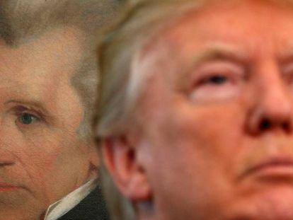 Un retrato de Andrew Jackson, en la Casa Blanca, detrás de Donald Trump.