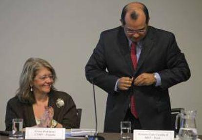 La presidenta de la Comisión Nacional del Mercado de Valores de España, Elvira Rodríguez, y el ministro peruano de Economía, Luis Miguel Castilla, participan este jueves 11 de abril de 2013, durante el Foro de Protección y Educación al Inversionista en Lima (Perú).