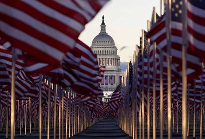 Banderas estadounidenses en el National Mall, frente al Capitolio, el día de la toma de posesión de Joe Biden.