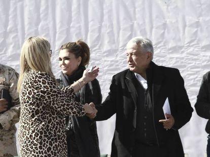 López Obrador saluda a Margarita LeBarón, en enero en Sonora.