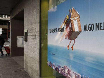 Un hombre pasa ante un anuncio de hipotecas, en Madrid.