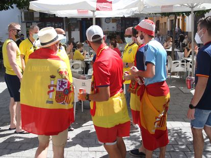 Aficionados de España y de Suecia en el centro de Sevilla.