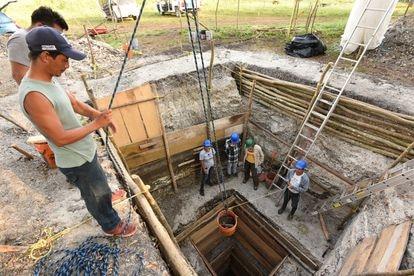 Una profunda excavación en la plataforma superficial de Aguada Fénix que muestra la estructura completa.
