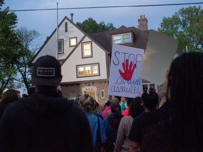 Protestas ante la fraternidad Phi Gamma Delta, en Iowa City, acusada de promover actividades de abuso sexual.
