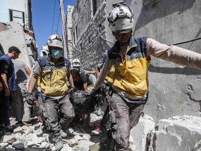 Socorristas sirios retiran un cadáver tras un bombardeo en la provincia de Idlib.