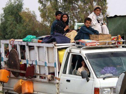 Una familia huye de los combates entre los talibanes y las fuerzas gubernamentales en la provincia afgana de Helmand, este miércoles.